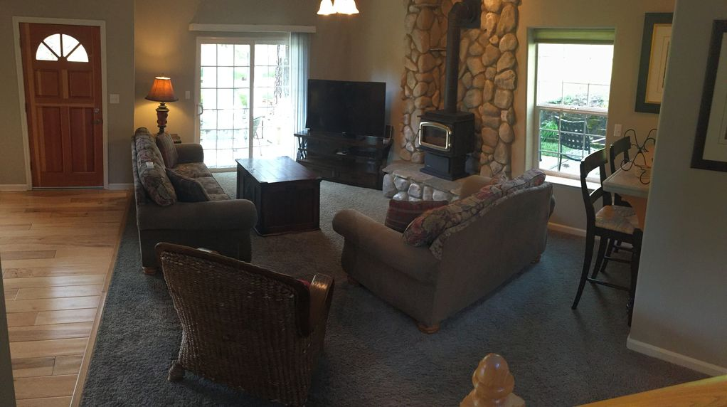One of the best Bass Lake vacation rentals -- Lakeside North Shore Estates